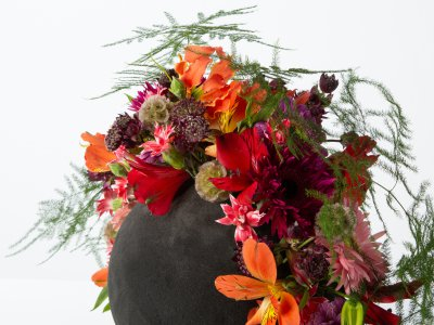 Edgy flower arrangement in black floral foam